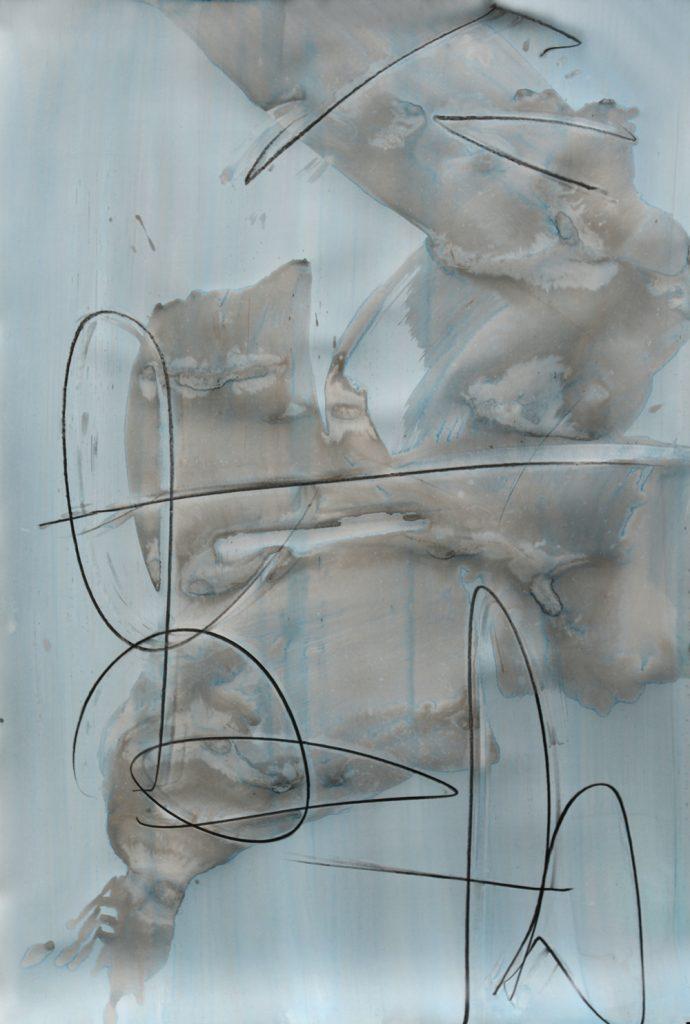 Blauer Aquarellgrund, darüber breite expressiv verlaufende Tuschemalerei in graublau; darauf wilde signaturartige Graphitlineinzeichnung