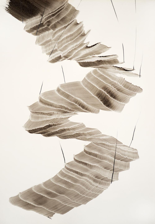 Sich windende Form einer grauschwarzen Treppe deren Verlauf aufwärts aus dem Bild herausführt