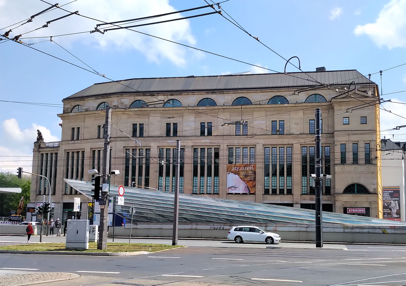 Neue Saechsische Galerie Chemnitz Außenansicht mit Aquarell-Transparent