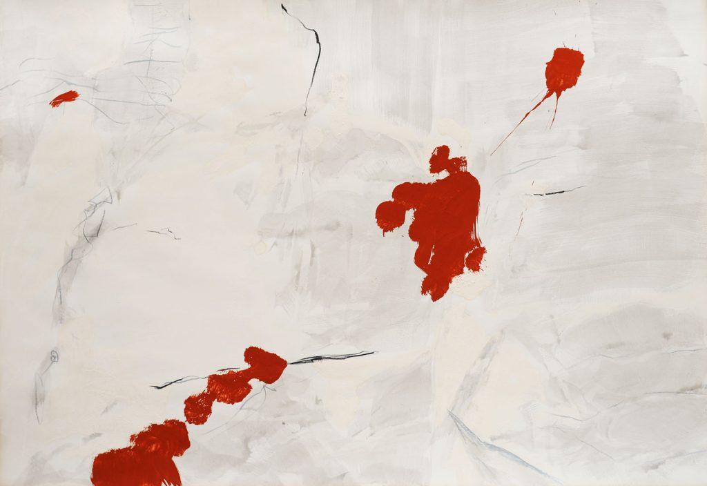 Zarte Grauschattierungen, die den hellen Grund durchscheinen lassen, darauf scharf gesetzte Graphitlinien-spritzend  rote Pinselspuren bestimmen diagonal die Fläche