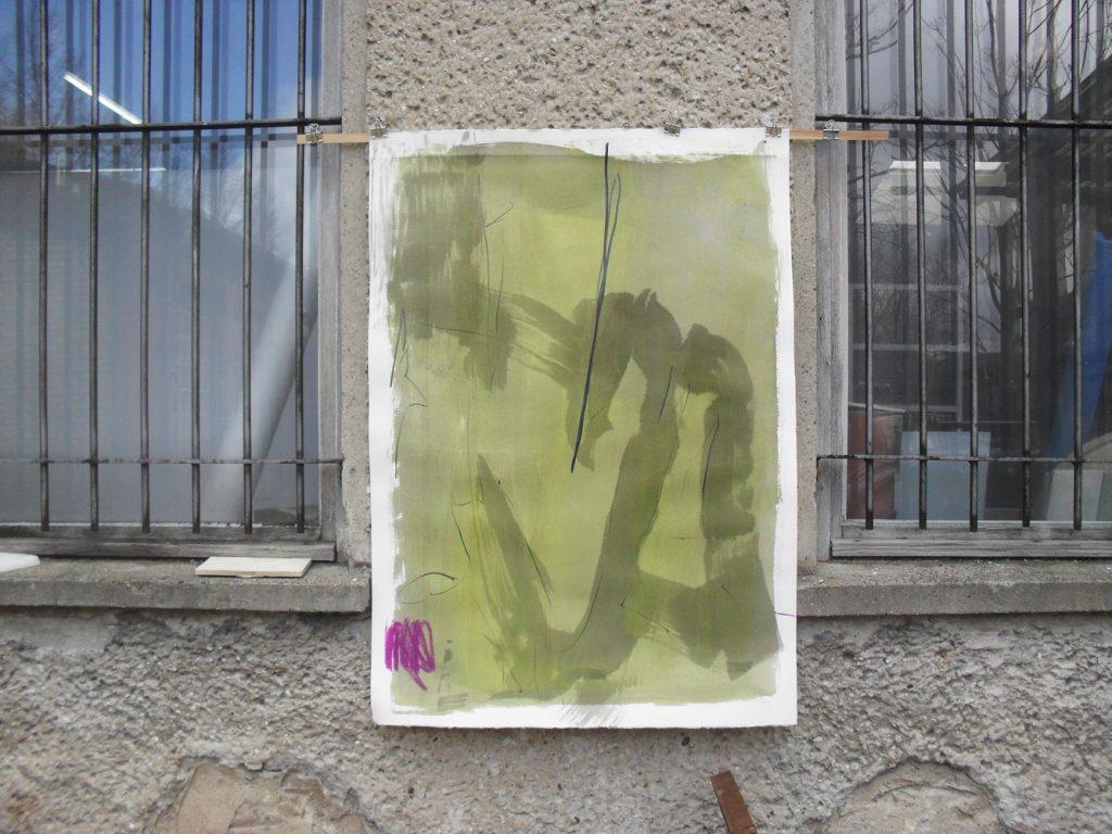 Moosgelbgrünes Aquarell mit breiten, expressiven Tuschelinien