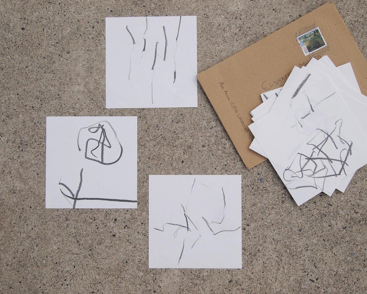 Linienzeichnungen schwarz auf weißem Quadrat mit adressiertem Briefkuvert