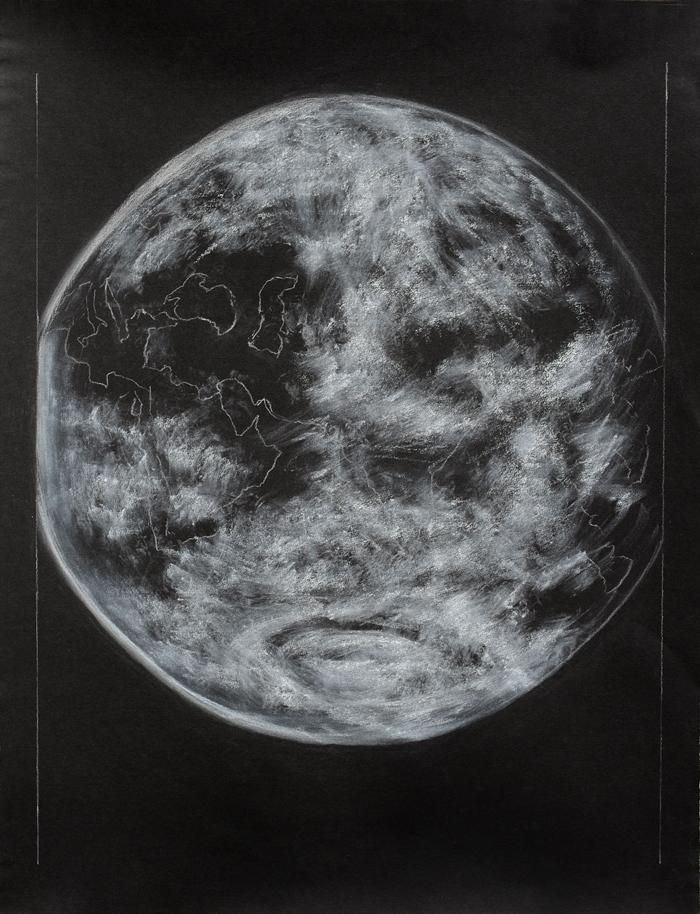 die Erdkugel leuchtet eine weißgrau auf schwarzem Grund, seitlich durch Rahmenblick begrenzt